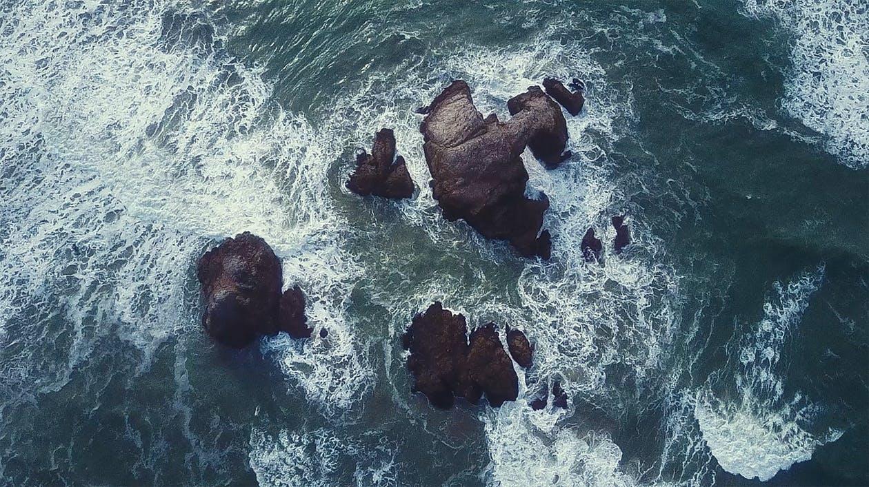 Splashing wave on rock, foto di Sebastian Voortman. Via Pexels