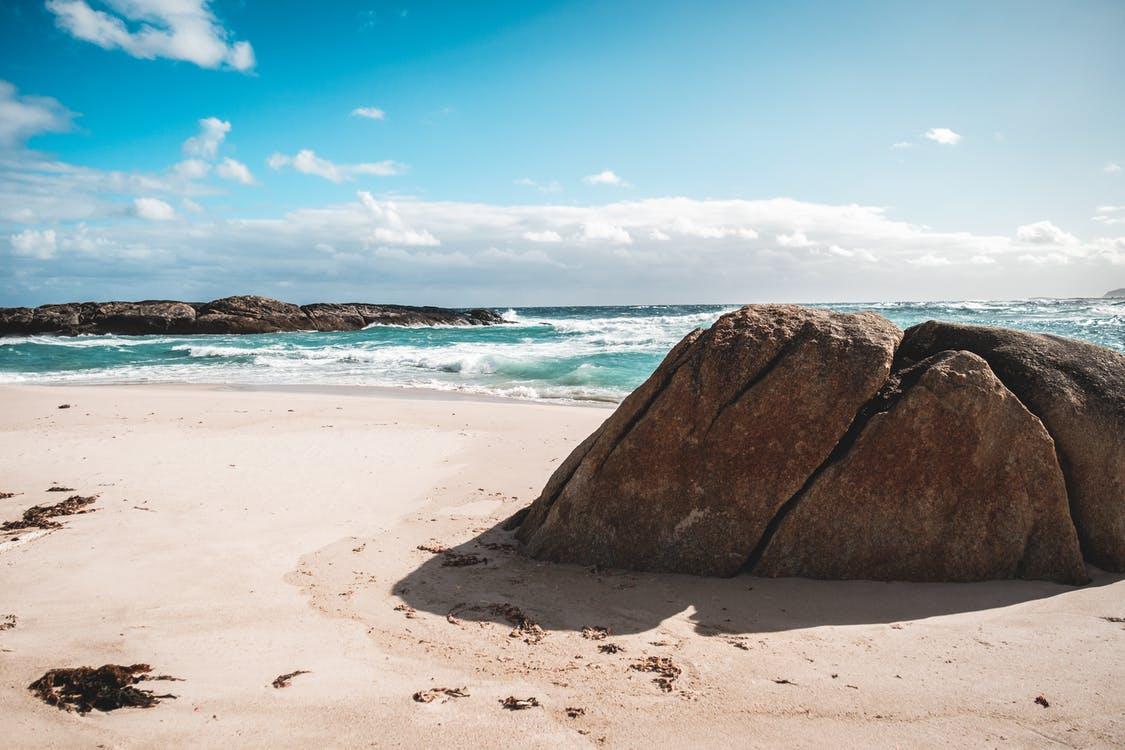 Coast of wavy sea, foto di Lachlan Ross. Via Pexels